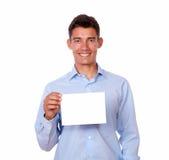 Homme latin tenant la carte vierge blanche Photos libres de droits