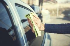 Homme lavant une voiture avec du chiffon image libre de droits