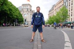 Homme les des deux côtés de l'endroit de vieux Berlin Wall Image libre de droits