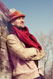 Homme élégamment habillé et barbu dans le chapeau drôle appréciant la vie Photo libre de droits