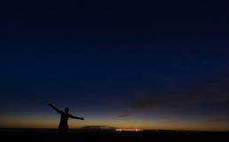 Homme libre et ciel nocturne images libres de droits