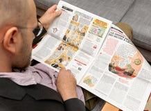 Homme lisant des bandes dessinées de lecture de Charlie Hebdo Photo libre de droits