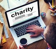 Homme lisant la définition de la charité Photographie stock libre de droits