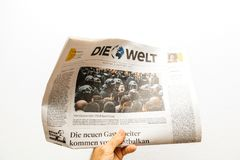 Homme lisant le journal d'Allemand de Die Welt Image stock