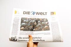Homme lisant le journal d'Allemand de Die Welt Images stock