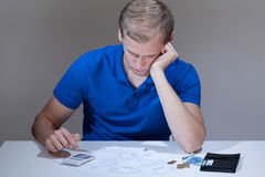 Homme lisant les factures impayées Image libre de droits