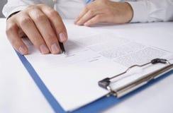 Homme lisant un document dactylographié Photographie stock libre de droits