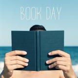 Homme lisant un jour de livre et de manuel image stock