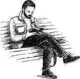 Homme lisant un livre Photographie stock libre de droits