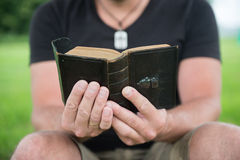 Homme lisant une bible images stock