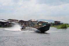 Homme livrant le bois dans le bateau sur le lac d'inle au myanmar photo stock