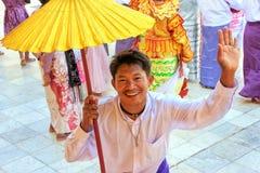 Homme local dans des costumes traditionnels participant à la cérémonie de mariage à la pagoda de Mahamuni, Mandalay, Myanmar images libres de droits
