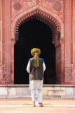 Homme local priant dans la cour de Jama Masjid dans Fatehpur SI Photo stock