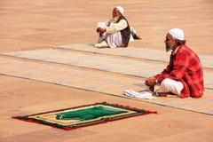 Homme local s'asseyant dans la cour de Jama Masjid dans Fatehpur SI Photographie stock