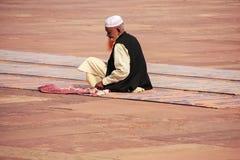 Homme local s'asseyant dans la cour de Jama Masjid dans Fatehpur SI Photographie stock libre de droits