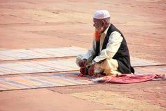 Homme local s'asseyant dans la cour de Jama Masjid dans Fatehpur SI Photo stock