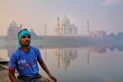 Homme local s'asseyant dans un bateau sur la rivière de Yamuna près de Taj Mahal dans l'ea image libre de droits