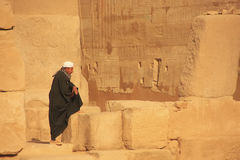 Homme local se tenant au complexe de temple de Karnak, Louxor Photos stock
