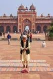Homme local se tenant dans la cour de Jama Masjid dans Fatehpur S Image stock