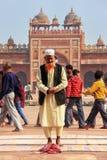 Homme local se tenant dans la cour de Jama Masjid dans Fatehpur S Photos stock