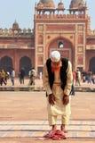 Homme local se tenant dans la cour de Jama Masjid dans Fatehpur S image libre de droits