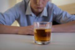 Homme luttant avec l'alcoolisme Image libre de droits