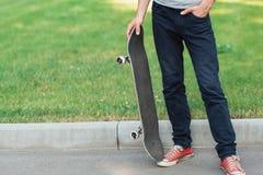 Homme méconnaissable de hippie avec le patin Images stock