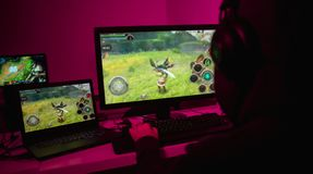 Homme méconnaissable jouant le jeu sur l'ordinateur photos libres de droits