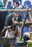 Homme médiéval préparant la nourriture Images stock