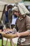Homme médiéval préparant la nourriture Photos stock