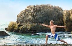 Homme méditant dans la pose de guerrier Photos stock
