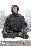 Homme méditant en hiver Photo stock