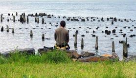 Homme méditant, fleuve de Hudson Photographie stock libre de droits