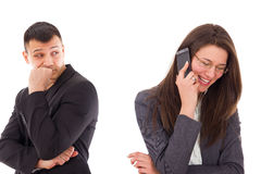 Homme méfiant regardant sa femme parlant au téléphone photos libres de droits