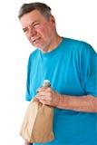 Homme mûr éperdu avec des boissons alcoolisées Image stock