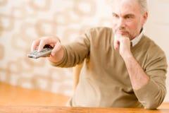 Homme mûr aîné avec à télécommande Photos stock
