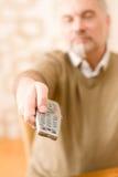 Homme mûr aîné avec à télécommande Photos libres de droits