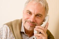 Homme mûr aîné heureux au téléphone Photographie stock