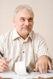 Homme mûr aîné - Home Office, calculatrice de bande Photos libres de droits
