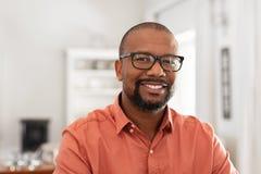 Homme m?r africain avec des lunettes photo libre de droits