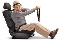 Homme mûr assis dans un siège de voiture éprouvant la douleur cervicale Image stock