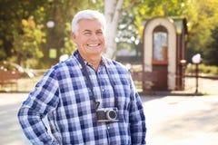 Homme mûr bel avec l'appareil-photo Photographie stock libre de droits