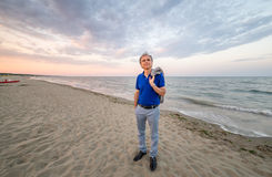 Homme mûr chic sur le bord de la mer Photographie stock