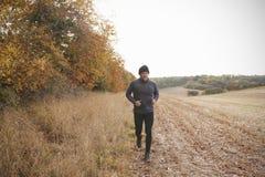 Homme mûr courant autour d'Autumn Field Image stock