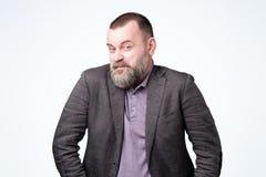 Homme mûr délicat adroit dans la veste sur le mur blanc de studio image libre de droits