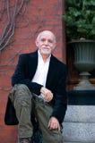 Homme mûr détendant à l'extérieur Images libres de droits