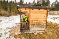 Homme mûr dans la petite hutte neigeuse Photos libres de droits