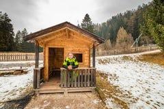 Homme mûr dans la petite hutte neigeuse Image stock