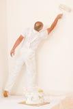 Homme mûr de décoration à la maison avec le rouleau de peinture Photos stock