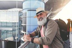 Homme mûr de sourire gai prêt pour le voyage Images libres de droits
